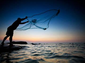 கரை திரும்ப முடியாமல் கடலில் தவிக்கும் குமரி மீனவர்கள்