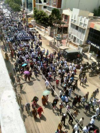 தூத்துக்குடி: ஸ்டெர்லைட் தடை கோரிய போராட்டம் ஏற்பட்ட மோதல் கலவரமாக மாறியது