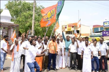 பாரதிய ஜனதா கட்சி வெற்றி: பெரம்பலூரில் பாஜகவினர் 3இடங்களில் வெடிவெடித்து கொண்டாட்டம்!