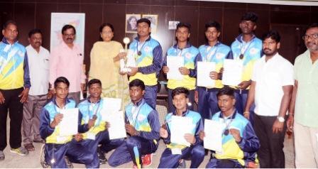 தேசிய அளவிலான எறிபந்து போட்டியில் மூன்றாம் இடம் : வீரர்கள் கலெக்டரை சந்தித்து வாழ்த்து பெற்றனர்